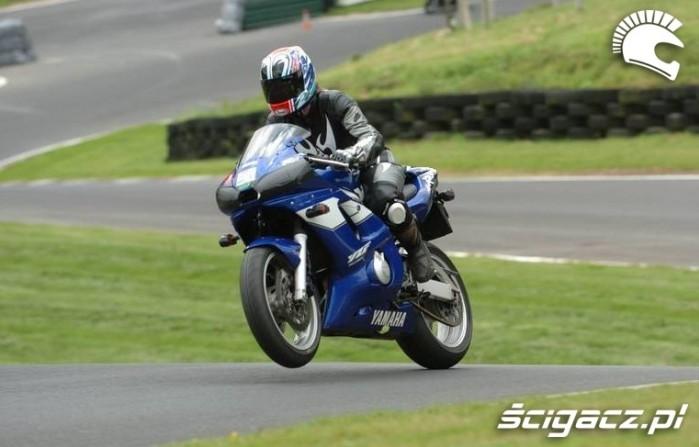 mini wheelie na torze Yamaha R6