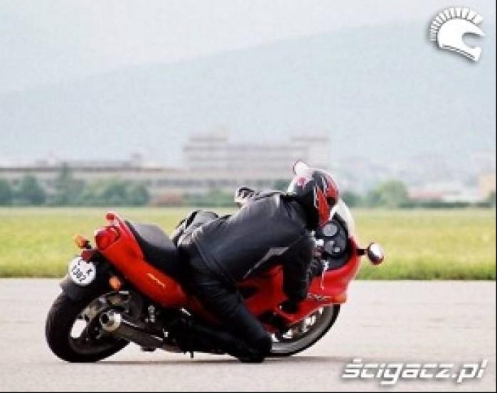 GSX600F na kolano 2
