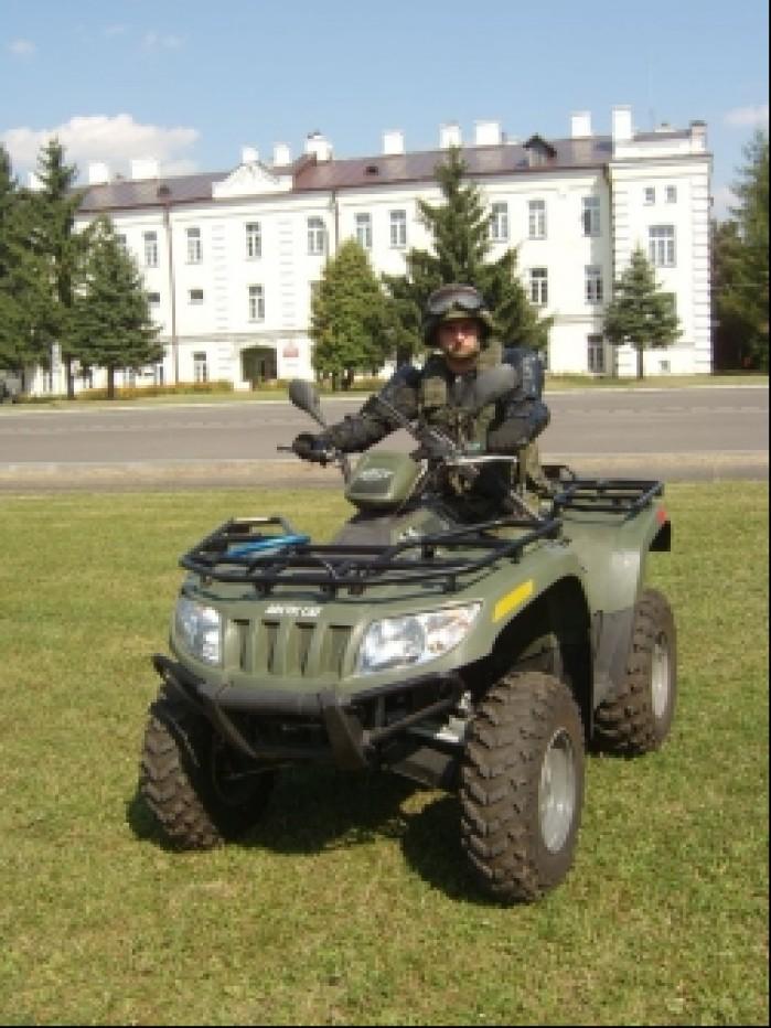 Quady w wojsku zolnierz na quadzie arctic cat