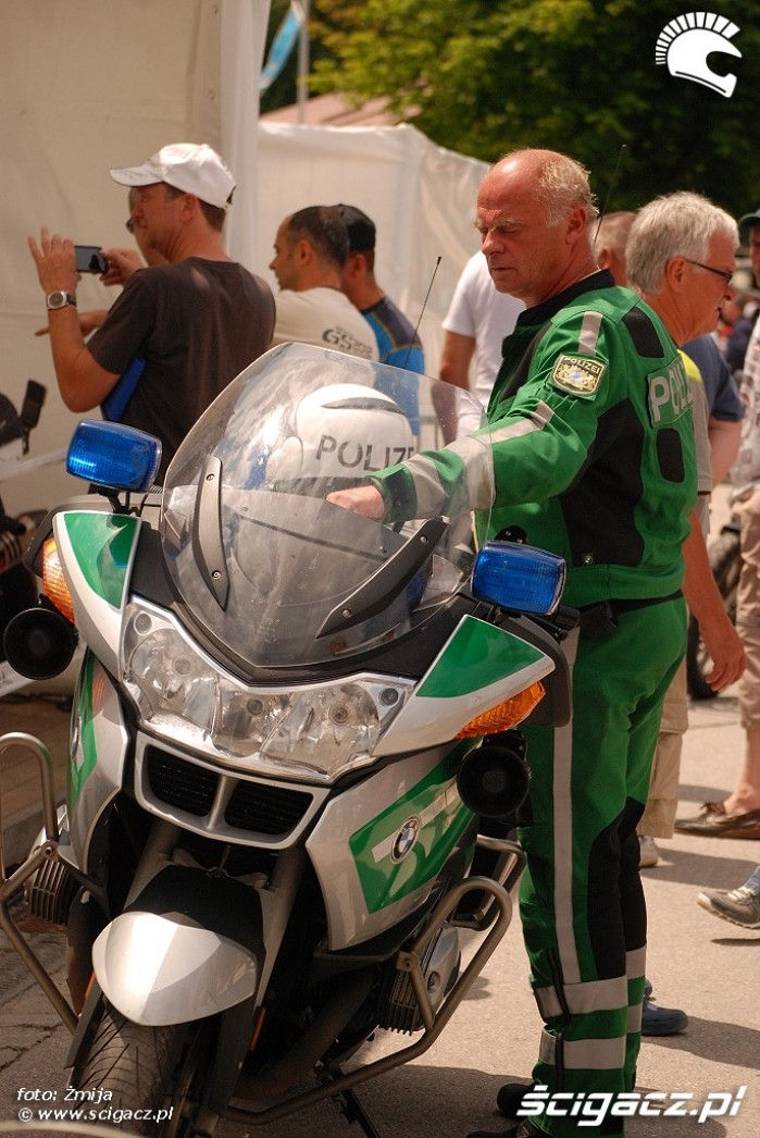 Policjant przy swoim BMW