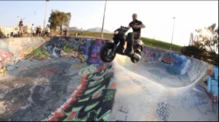 skok skuter skatepark
