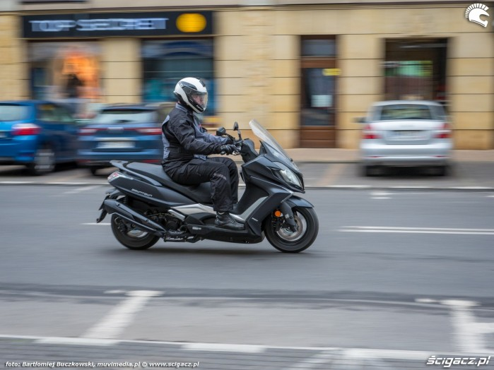 10 Kymco Downtown350 40 miasto bok