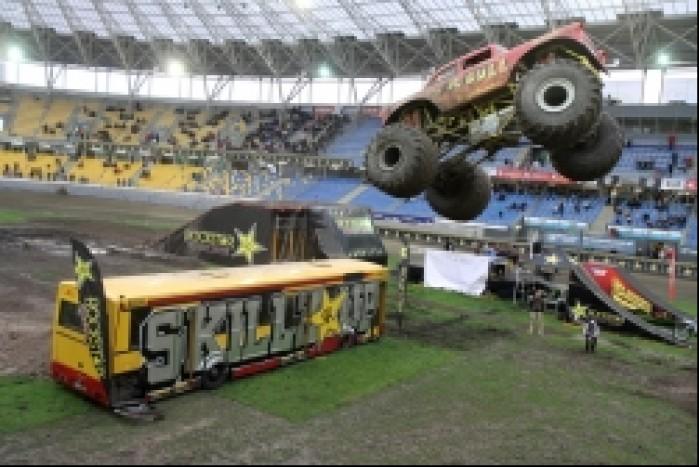 Monster Truck skok nad autobusem
