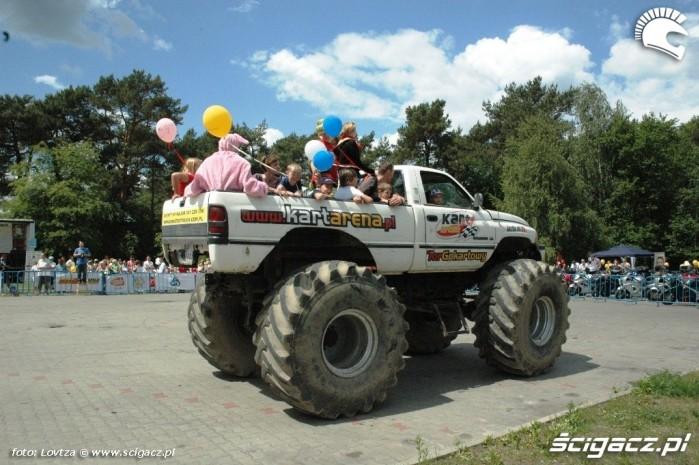 Na Monster Truck Centrum Zdrowia Dziecka