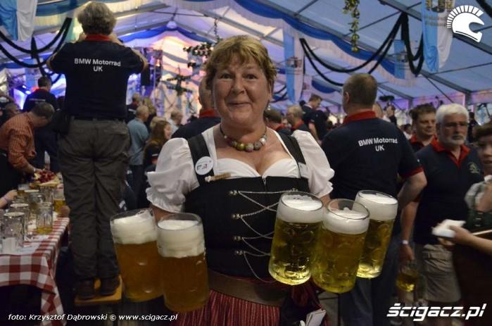 Kobieta z piwami Niemcy