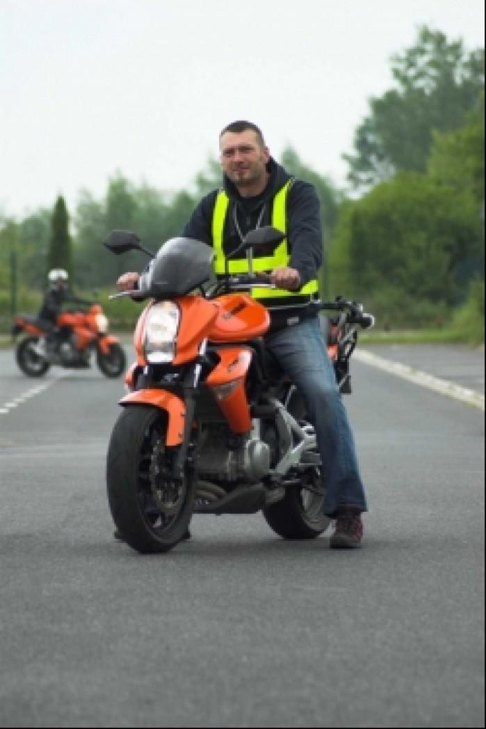 motocyklista hen widoczni