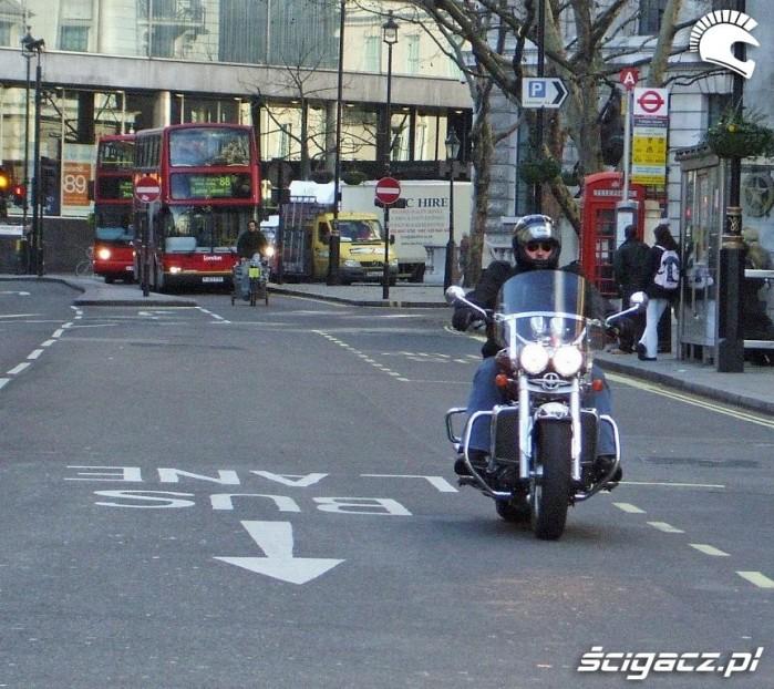 Motocykl na buspasie