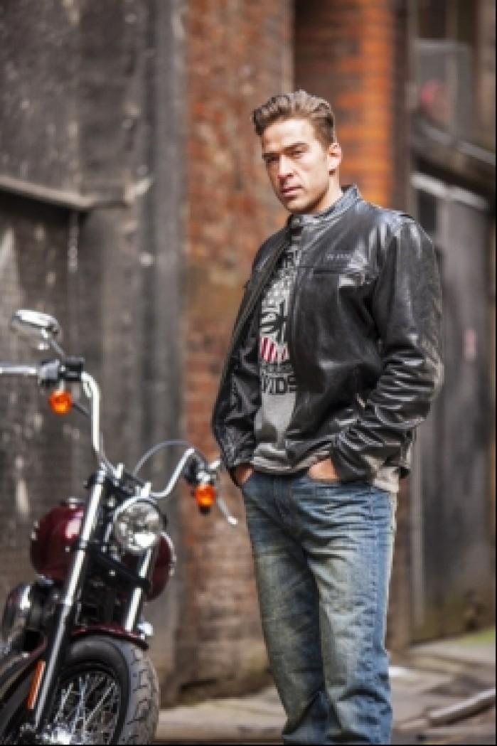 spodnie harley davidson przy motocyklu