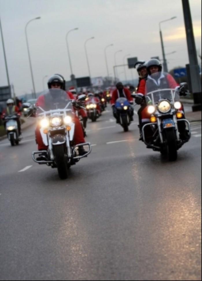 mikolaje na motocyklach w kolumnie