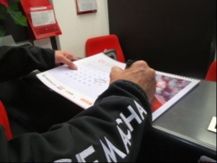 rafal sonik podpisuje kalendarz scigacz