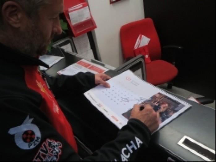 rafal sonik podpisuje kalendarz scigacza
