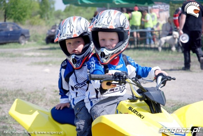 Suzuki Quad Adventure Ogrodzieniec 2009 dzieci na quadzie