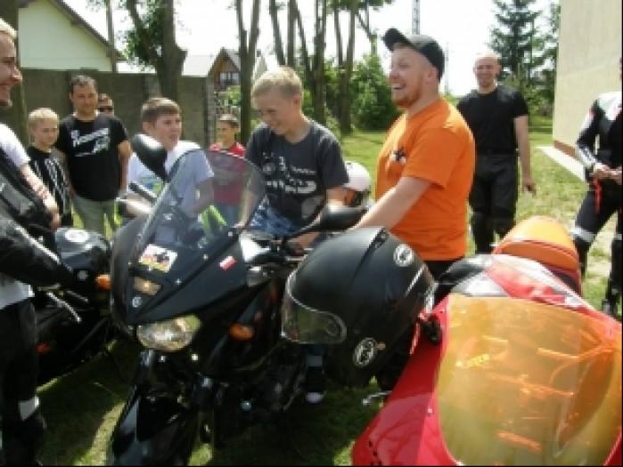 dzieciaki na motocyklach