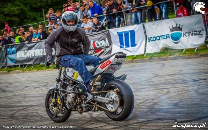 Lukasz FRS palenie gumy tylem Moto Show Bielawa Polish Stunt Cup 2015