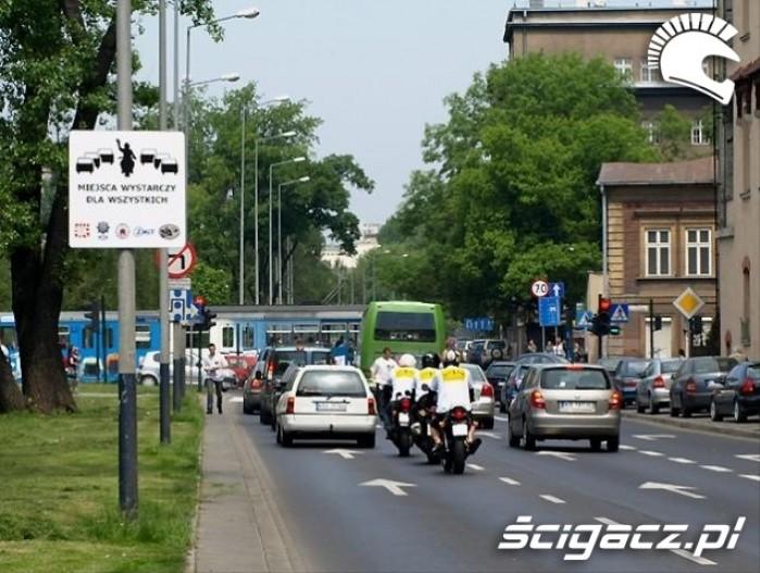 kampania spoleczna motocyklem bezpieczniej miedzy samochodami