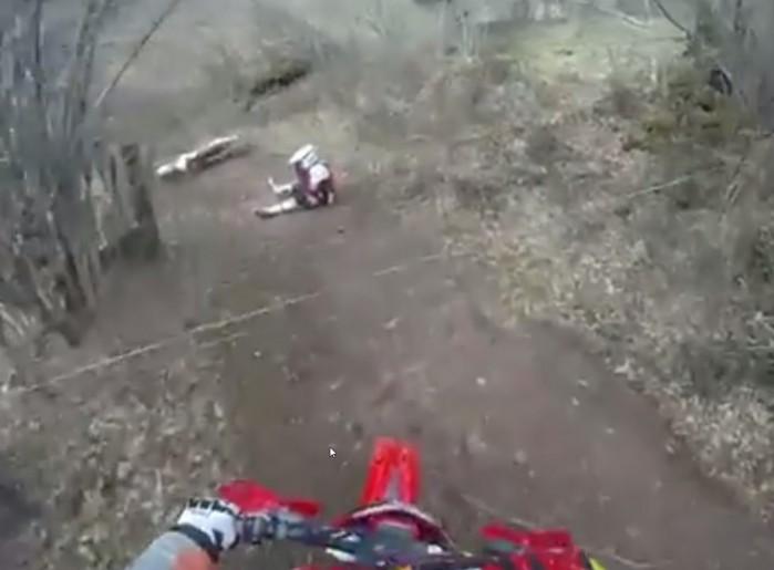 linka w lesie kontra motocyklista