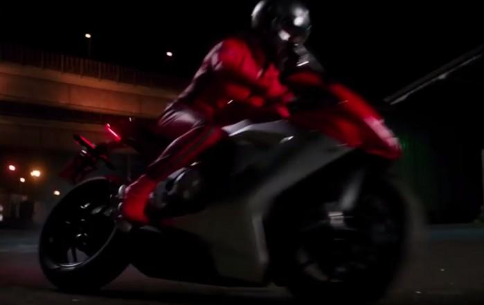 Penelope Cruz na motocyklu