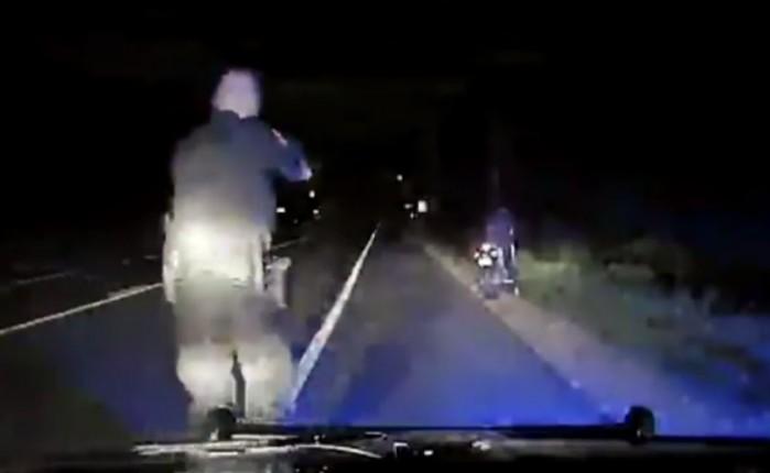 policjant strzela do motocyklisty