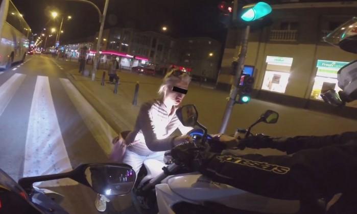 laska na srodku ulicy molestuje motocykle