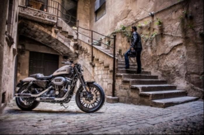 Harley Davidson Roadster 1200 uliczka