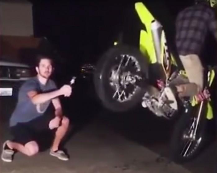 otwieranie piwa motocyklem
