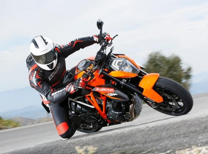 KTM SuperDuke 1290 R kolano z