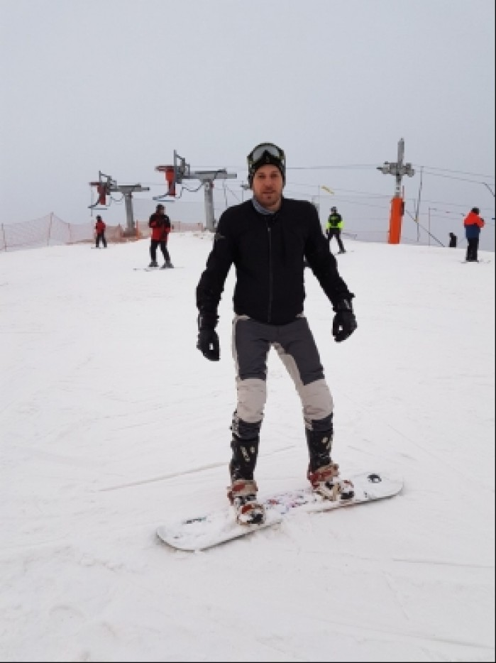 motocyklista na snowboardzie