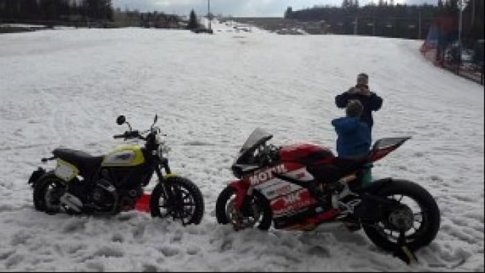 motocykle ducati w sniegu