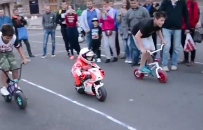 dziecko na motocyklu