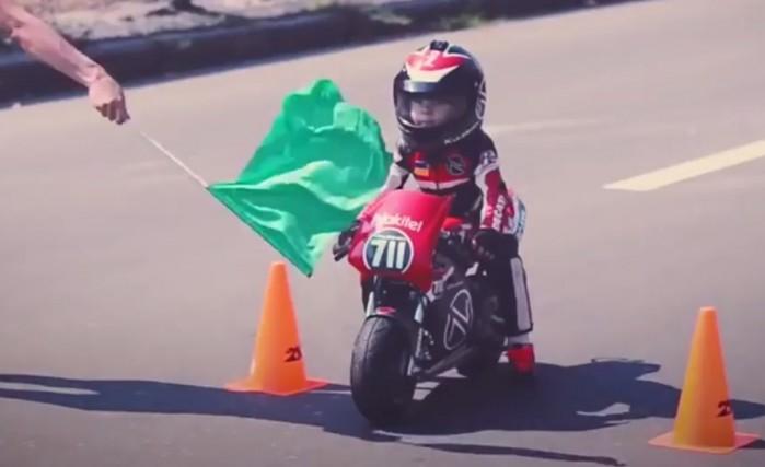 maly motocyklista