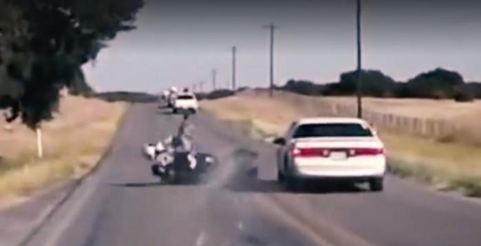kierowca auta celowo uderza w motocykliste