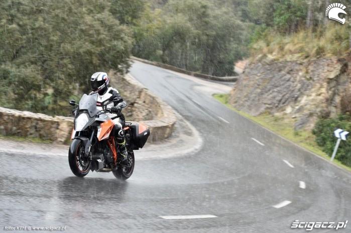 KTM Super Duke 1290 GT w deszczu