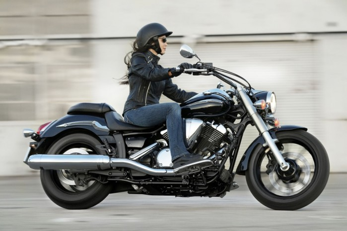 Kobieta na motocyklu Yamaha XVS950A Midnight Star