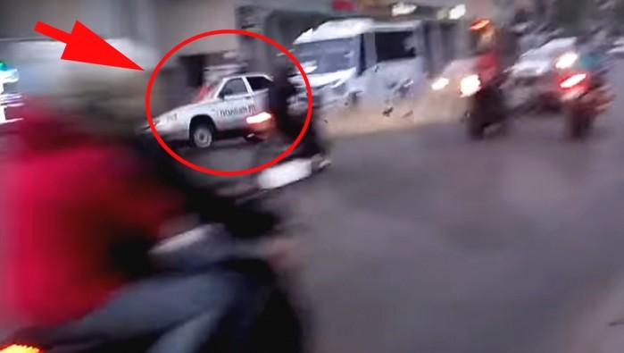 radiowoz koziolkuje po zderzeniu z motocyklem w rosji