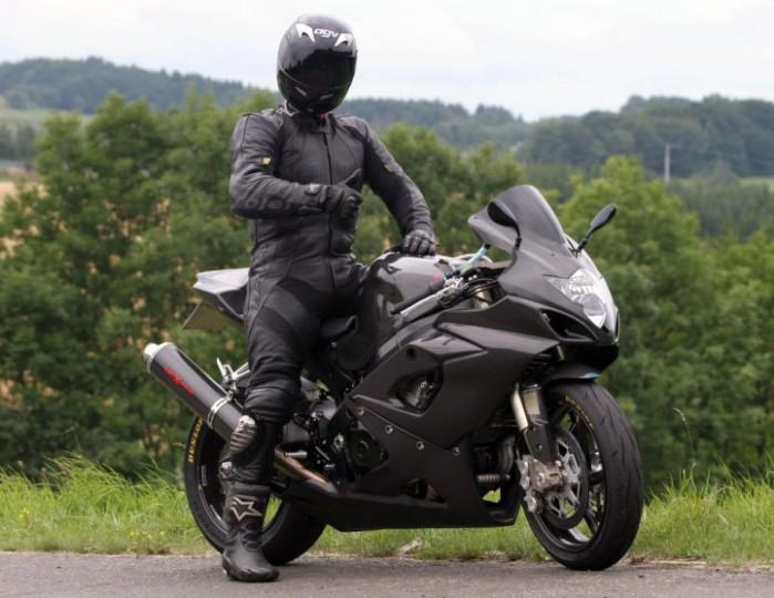 motocyklista w kompletnym stroju