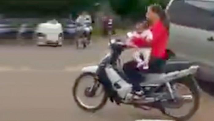 matka z dzieckiem na skuterze bez kasku 3