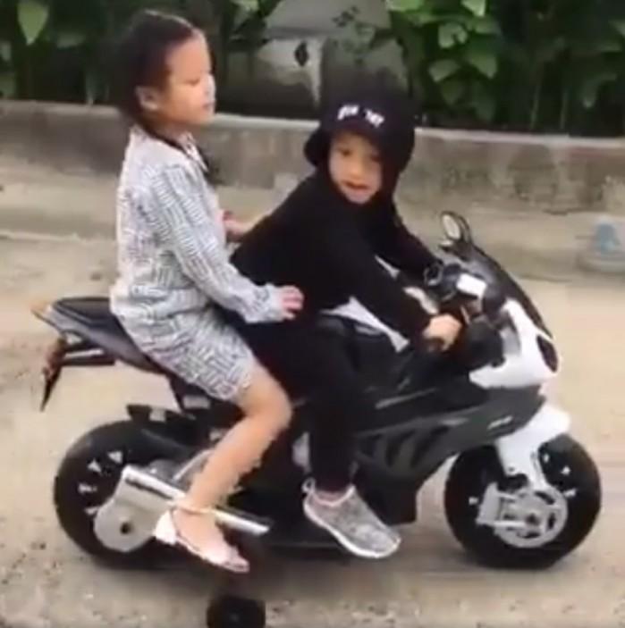 dzieci na motocyklu