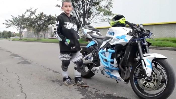 dziecko na motocyklu robi wheelie stunt maly stunter