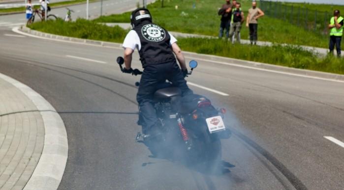 Rekord Guinnessa w jezdzie na motocyklu z jednoczesnym paleniem gumy 15