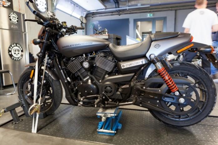 Rekord Guinnessa w jezdzie na motocyklu z jednoczesnym paleniem gumy 20