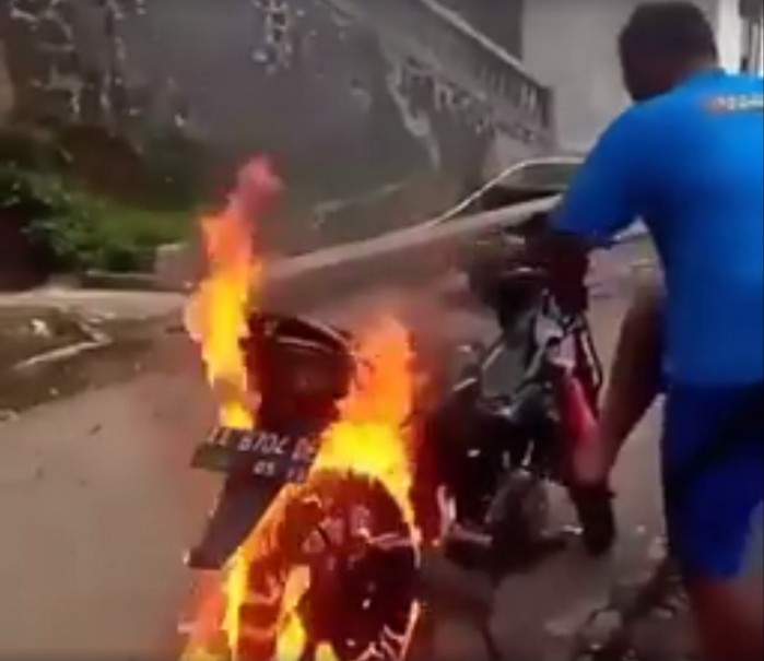 skuter w plomieniach