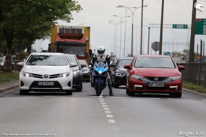 miedzy samochodami gsxr