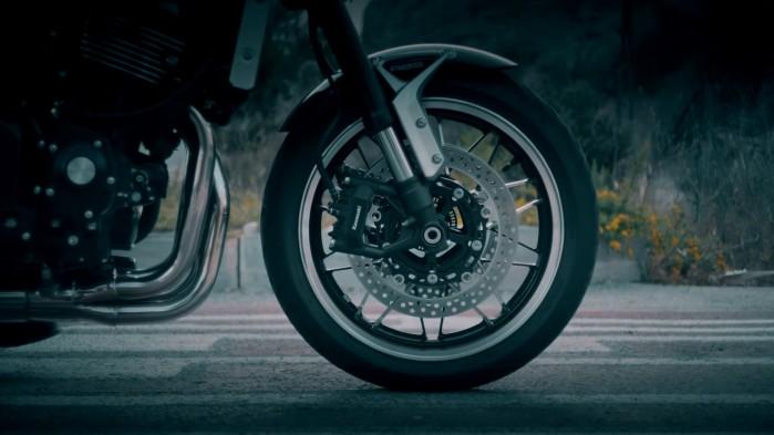 Kawasaki Z900RS przednie kolo