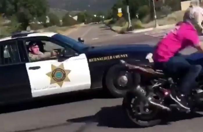 policja celuje z broni do stuntera