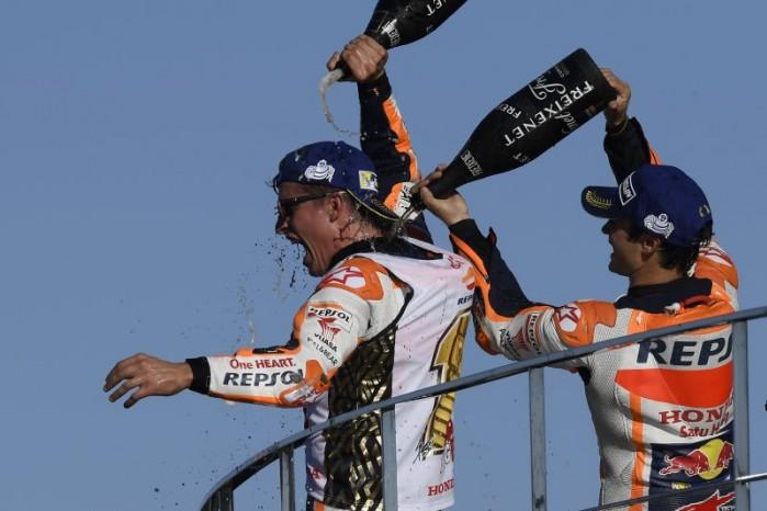 Marquez i Pedrosa szampan
