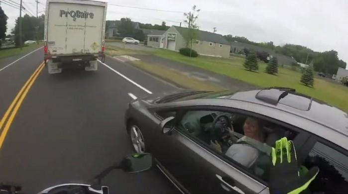 motocyklista kontra kobieta za kolkiem