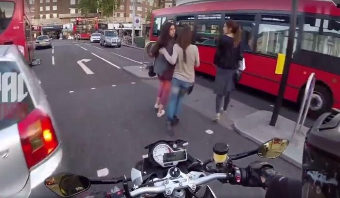 motocyklista pospiesza pieszych