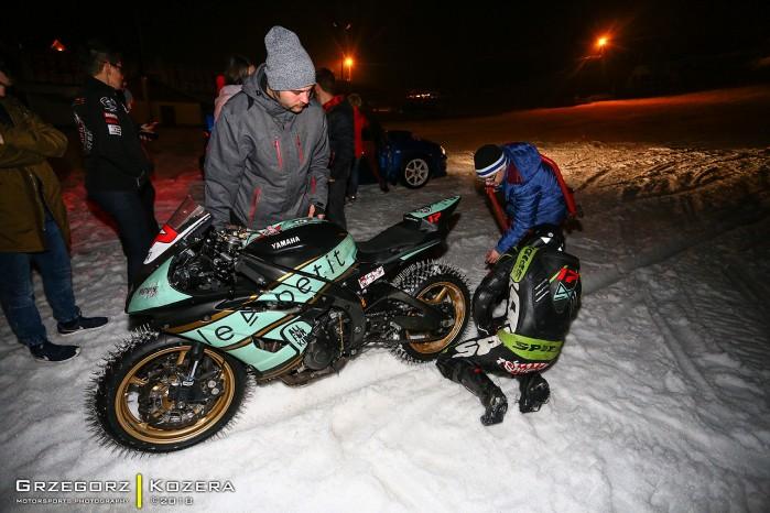 Yamaha R6 na sniegu
