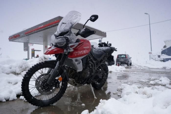 tiger 800 motocykl w sniegu