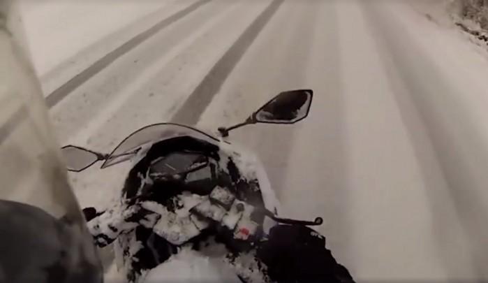 gleba motocyklem na sniegu